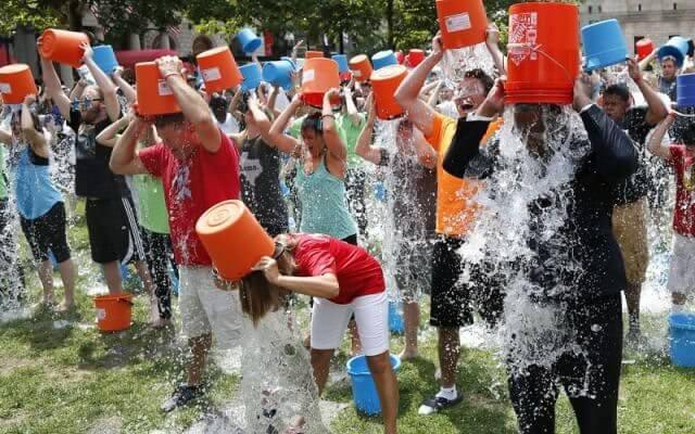challenge ice, persone che si versano secchi d'aqua